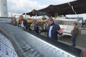 Carsten Brüggemann erklärt den Kolleginnen und Kollegen hochkonzentriert die technischen Lösungen zur Bereitung und Verwertung von Holzhackschnitzeln durch Hacken, Sieben, Trocknen und Feuern.