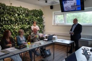 Diskussion im Garten des Beckmann Verlags